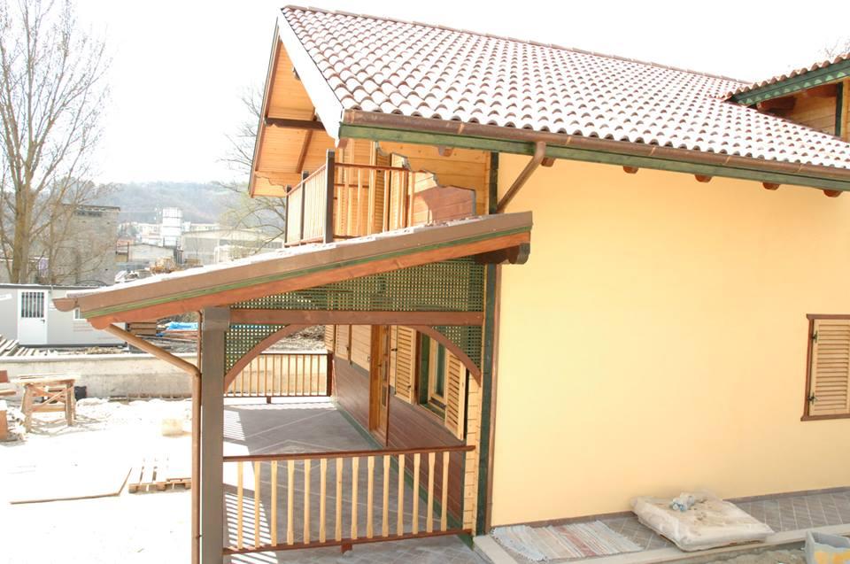 Model case lemn masiv